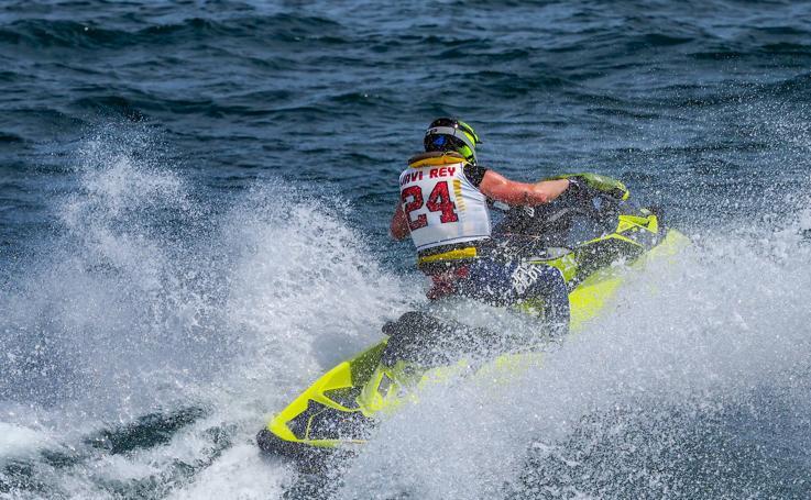 Los mejores pilotos de moto acuática se lucen en Gijón