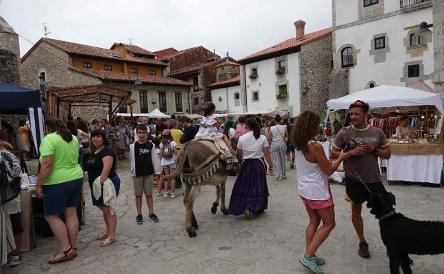 El mercado del bando de La Magdalena llena el casco antiguo de Llanes