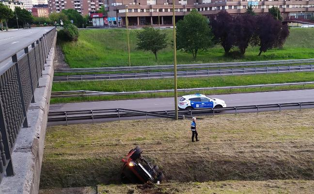 Ileso tras precipitarse con su coche desde el puente de Ángel Cañedo de Oviedo