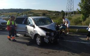 Los bomberos excarcelaron a uno los accidentados en Avilés