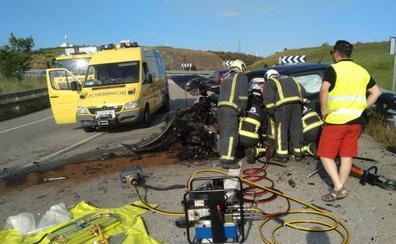 Cinco heridos en una colisión entre dos vehículos en el acceso desde Avilés a la autovía del Cantábrico