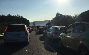 Importantes atascos en la autovía del Cantábrico por dos accidentes