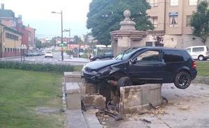 El conductor que empotró su coche contra la fuente de Cuatro Caños de Oviedo es uno de los atrapados del Angliru