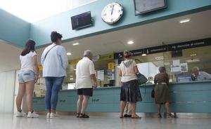 Los usuarios piden a Feve que reduzca su cartelera tras cinco días de supresiones sin avisos