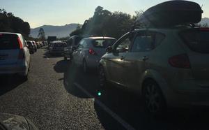 Diez kilómetros de atasco en Villaviciosa por un choque entre tres vehículos