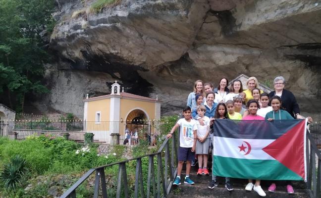 Piloñeses y saharauis estrechan lazos en el santuario de La Cueva