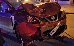 Sufre la rotura de nueve costillas en una colisión entre dos coches en Gijón