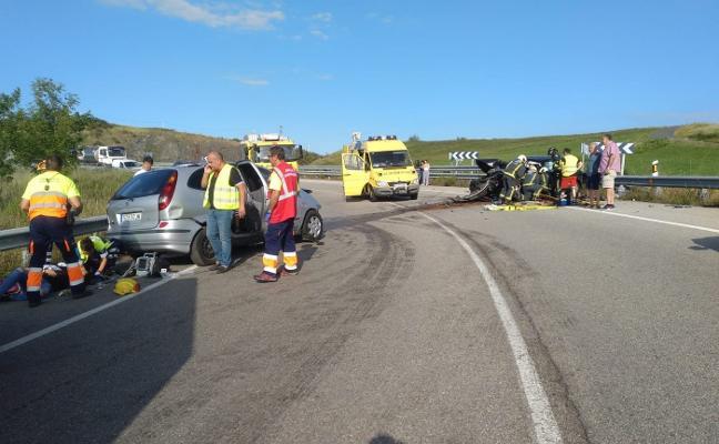 Cinco heridos en una brutal colisión en el enlace de Avilés con la autovía