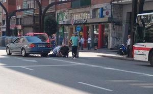 Un motorista, herido al ser atropellado por un turismo en la avenida de la Constitución