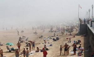 La niebla obliga a izar la bandera roja en las principales playas de Gijón