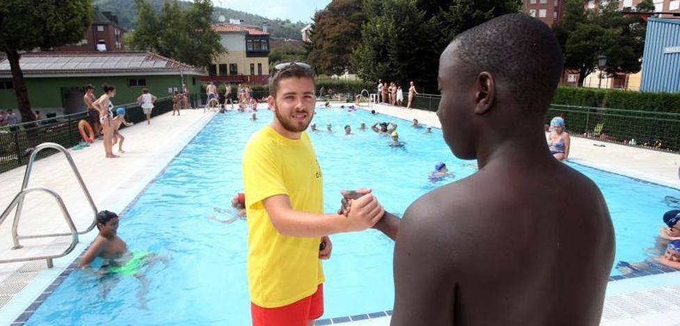 Rescate de un adolescente en una piscina en Oviedo: «Gracias a él me encuentro hoy con vida»