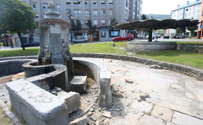 El Ayuntamiento expedienta al joven que chocó contra la fuente de Cuatro Caños de Oviedo