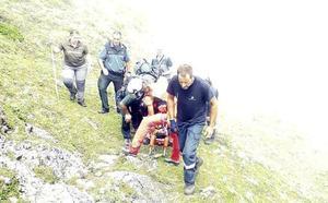 Herido grave un cazador al caer por un desnivel de 400 metros en Somiedo