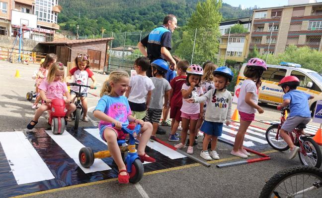 La seguridad vial se estudia en Infiesto a bordo de bici y triciclo