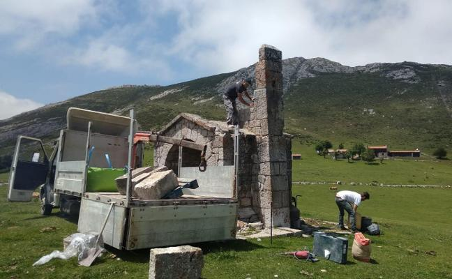 Cangas repara la capilla de la Vega de Enol