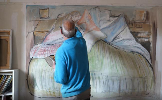 Benjamín Tous deshace la cama con pintura en el Barjola