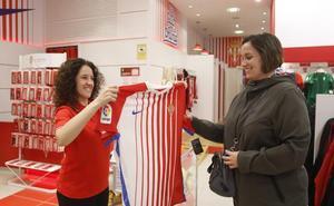 «A mí me gusta que sea diferente», dice la primera sportinguista en comprar la nueva camiseta
