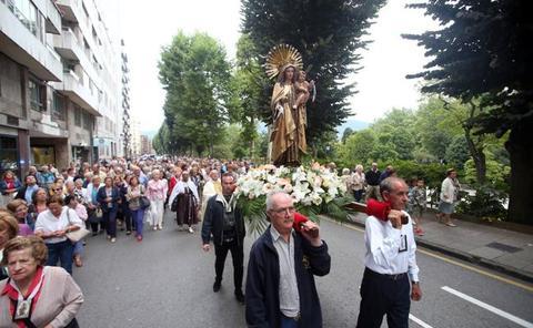 La Virgen del Carmen procesiona al ritmo del himno de España