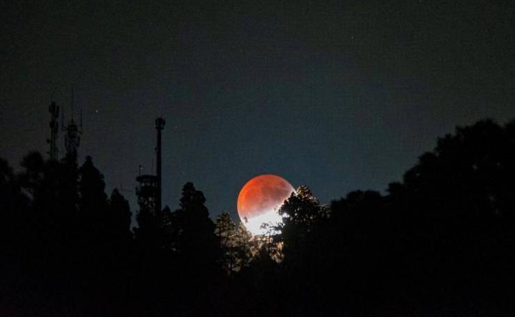 Las bellas imágenes del eclipse parcial lunar