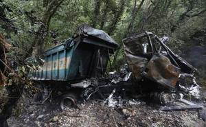 Fallece un conductor tras despeñarse 25 metros y arder su camión en Villayón