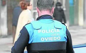Dos agentes de la Policía Local de Oviedo reaniman a un hombre de 77 años que sufrió un infarto