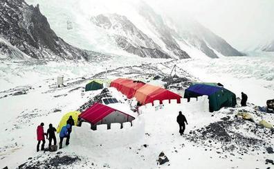 Tres avalanchas frenan los asaltos a la cumbre del K2