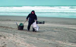 La basura del mar favorece que nuevas especies invasoras colonicen las playas de Asturias