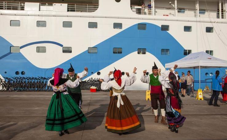 El 'Aida Aura' hace escala en Gijón