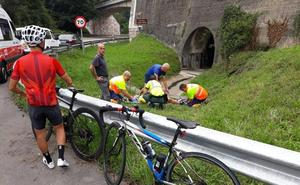 Trasladan al HUCA a un ciclista que sufrió una caída en Ribera de Arriba
