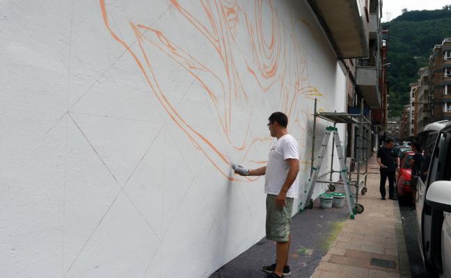 Un grafiti en Mieres para concienciar de la polución por plásticos