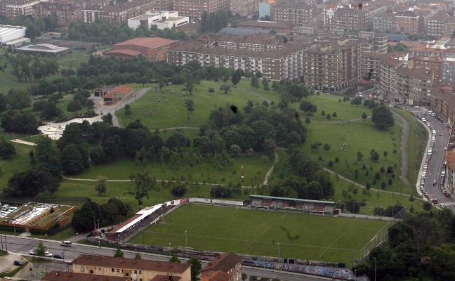 Tuero descarta el campo de fútbol femenino en Ceares, pero propone reformar La Cruz