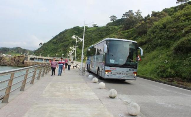 Vecinos de Candás reclaman que se renueve el firme del paseo marítimo