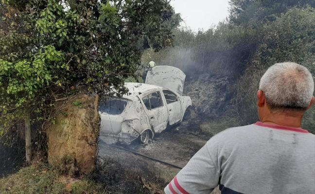 Un octogenario muere tras salirse de la vía e incendiarse su coche en Villaviciosa