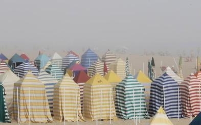 Bandera roja en las playas de Gijón por la densa niebla