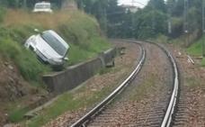 Un conductor inexperto, a punto de caerse con su vehículo a las vías del tren entre Villalegre y La Rocica
