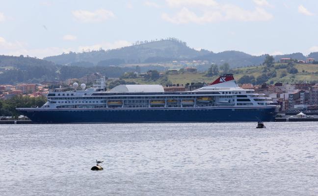 El crucero 'Braemar' vuelve a llenar el centro de Avilés de turistas británicos