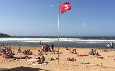 El fuerte viento en la costa obliga a colgar la bandera roja en 37 playas de Asturias