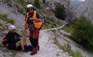 Rescatada en helicóptero una mujer que rompió una pierna en la ruta del Cares