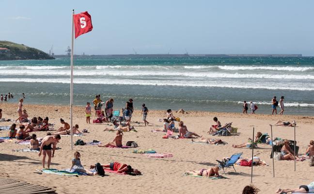El viento se adueña de las playas de Asturias