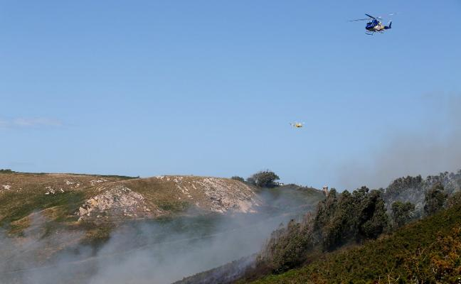Un cuarto incendio forestal en tres meses arrasa parte del monte de Bayas