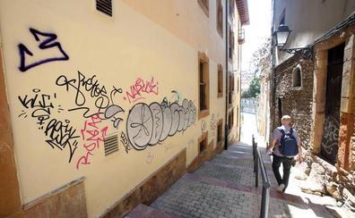 Los grafitis «inundan» las calles de El Antiguo, en Oviedo, un año después de su limpieza