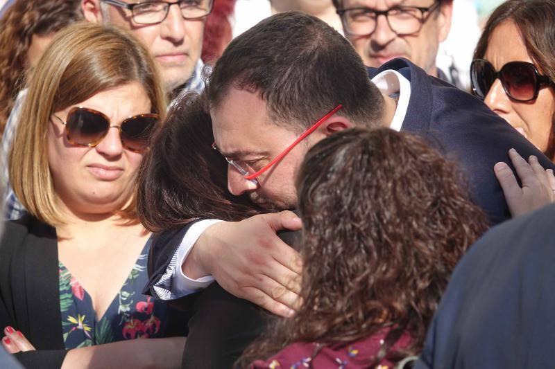 El PSOE arropa a Adriana Lastra en el funeral de su padre en Asturias