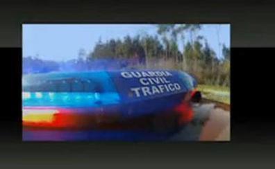 Esto es lo que debes hacer si un coche de la Guardia Civil se coloca detrás con una luz roja destelleante