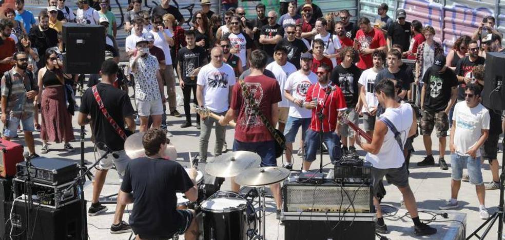 El Tsunami empieza con música en Cimavilla