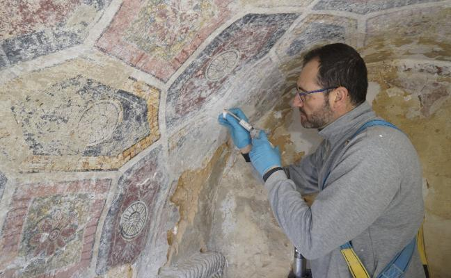 Los restauradores de Lillo proponen intervenir en la fachada norte, el pavimento y el ábside