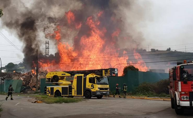 Espectacular incendio en el polígono de Maqua