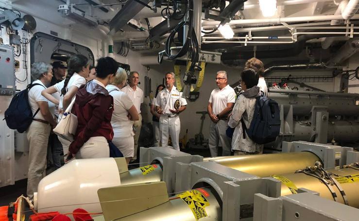 Los alumnos de la Universidad Itinerante del Mar, en la fragata F-100 'Cristobal Colón'