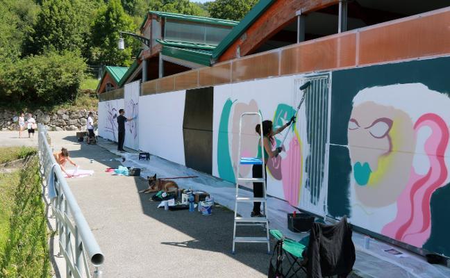 Jóvenes artistas pintan contra la violencia de género en Campo de Caso