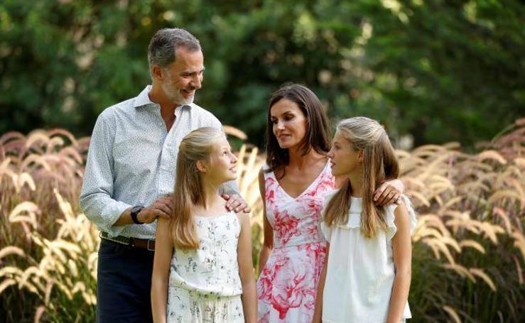 Los gestos de complicidad entre la familia real en la sesión fotográfica de verano