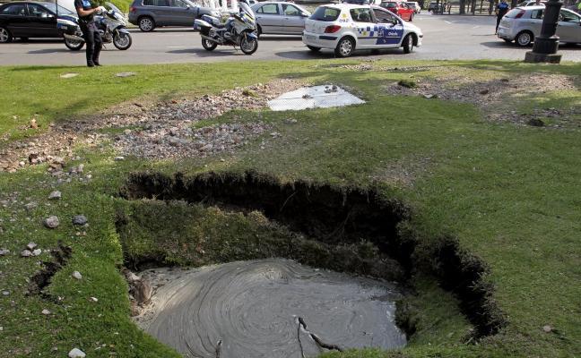 La rotura en una tubería inunda la plaza de Castilla y obliga a cortes de agua